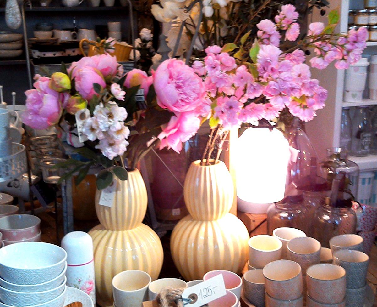 gelbe Vasen mit Frühlingsblüten